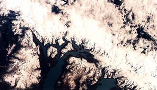 Kuva 2. Andien vuoristot satelliittikuvassa. Andien jäätiköt vetäytyvät 33 metriä vuodessa.