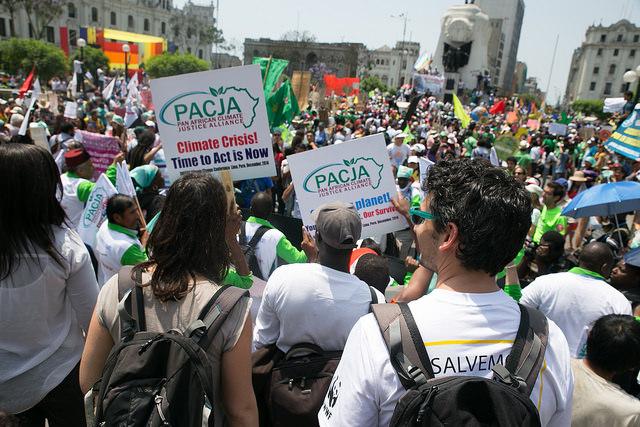 Kuva Limassa marssilla 15 000 ihmisoikeuksien ja ympäristön puolustajaa. Kuva Luca Tomac.